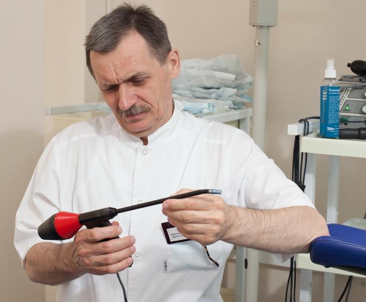 К какому врачу обращаться при росте нежелательных волос